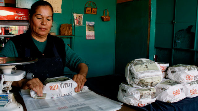 PHOTO: Esperanza Lozoya wraps tortillas packaged with advertisements that ask for help to find missing women and children, at the Hermanos Escobar Tortilla shop in the northern border city of Ciudad Juarez, Mexico, Tuesday Nov. 13, 2012.