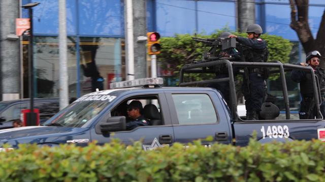 PHOTO:Mexican Federal police, with semi-automatic machine guns patrol Acapulco´s main tourist avenue, the Avenida Costera.
