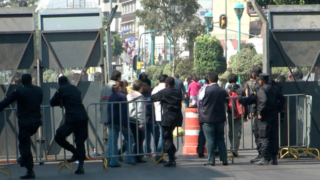PHOTO:Mexico´s Presidential Guard has set up a huge wall around the Mexican Congress in preparation for Enrique Peña Nieto´s innauguration. But the wall also fences in hundreds of homes and businesses.