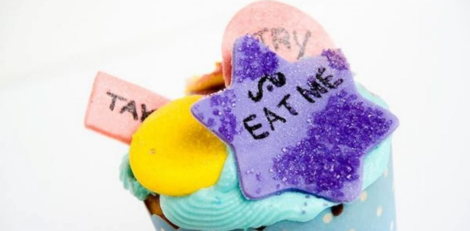 PHOTO: Alice in Wonderland Eat Me cupcake