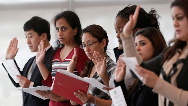 PHOTO: Immigrants take the U.S. oath of citizenship during naturalization ceremony Monday, Jan. 28, 2013, in Irving, Texas.