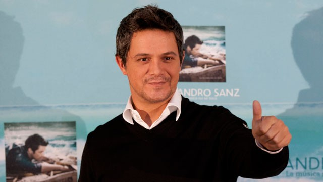 PHOTO: Spain's Alejandro Sanz gives a thumbs up at a news conference in Mexico City on Sept. 17, 2012.