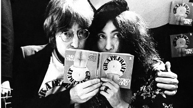PHOTO:John Lennon and Yoko Ono in Selfridges department store, Oxford Street, London in 1971 to promote the publication of the 2nd edition of Yoko Ono's book Grapefruit.