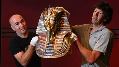 PHOTO:Workers lift a replica of King Tut's famous mask