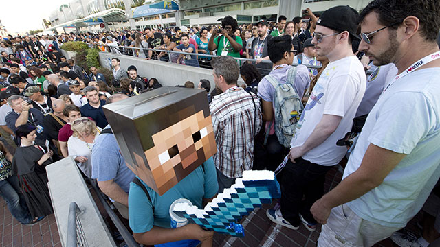 PHOTO: Fans crowd the entrance to the San Diego Convention Center on the first day of Comic-Con International 2013 in San Diego, California July 18, 2013.