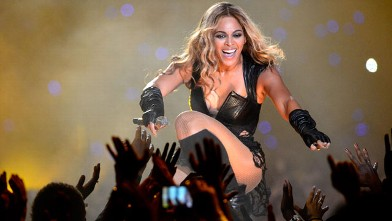 PHOTO:Beyonce shows fans some love during her Super Bowl performance.