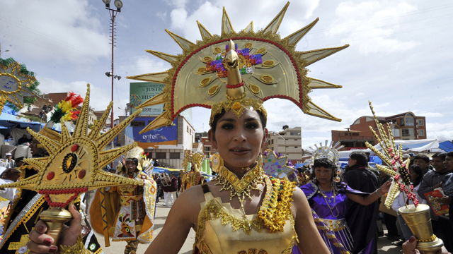 PHOTO:Dancers of the Incas-Sons of the Sun carnival group parade during the Carnival of Oruro, in the mining town of Oruro, 240 km south of La Paz on February 18, 2012.