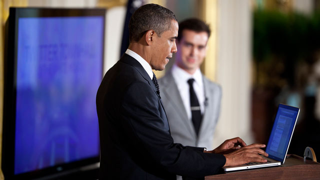 PHOTO:President Barack Obama Tweets during an Twitter town hall meeting at the White House.
