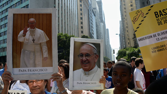 PHOTO: Shantytown residents protest with images of Pope Francis against