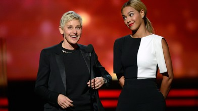 PHOTO:Ellen DeGeneres dons a monochromatic looks for presenting alongside Beyonce.