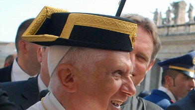 PHOTO:Pope Benedict XVI receives a hat of the spanish Guardia civil during his weekly audience in Saint Peter's Square at the Vatican, 25 Octobre 2006