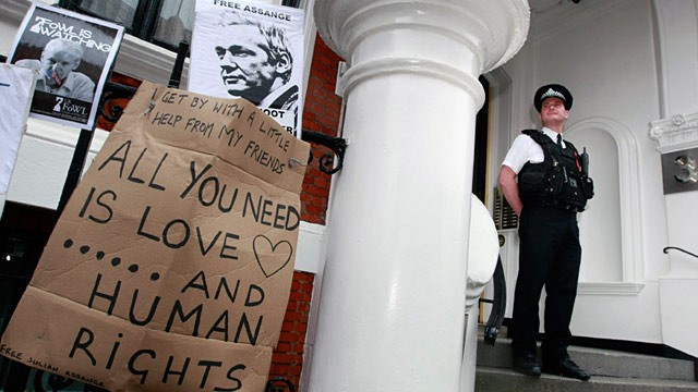 PHOTO: Police outside London Ecuadorian Embassy