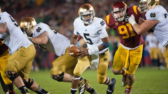 PHOTO: Everett Golson #5 of the Notre Dame Fighting Irish hands the ball off, at Los Angeles Memorial Coliseum, Nov. 24, 2012 in Los Angeles, Calif.