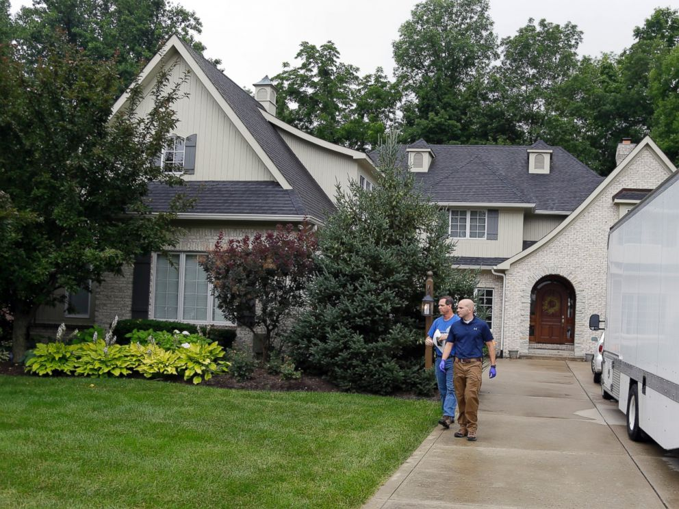 PHOTO:Federal authorities walk outside of the home of Jared Fogle, July 7, 2015, in Zionsville, Ind.