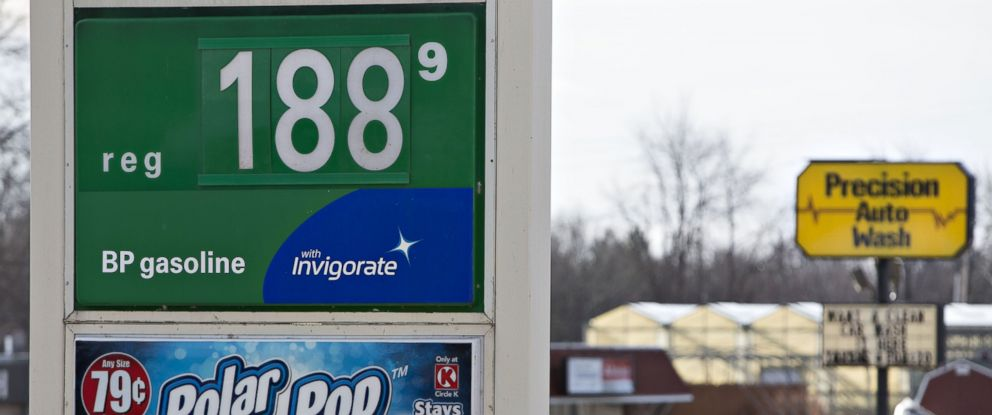 PHOTO: Gas prices are displayed on a sign outside a fueling station in Chillicothe, Ill., Dec. 11, 2015.