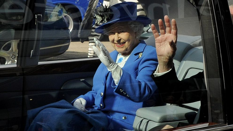 PHOTO: Queen Elizabeth II waves from her car