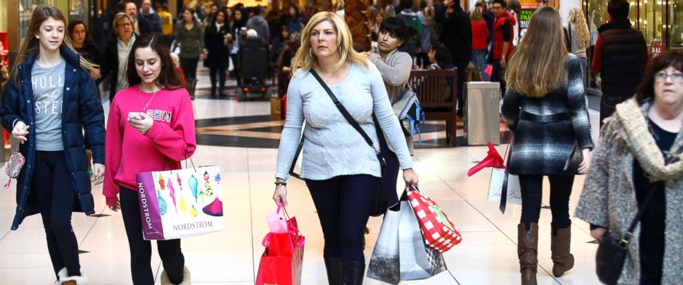 PHOTO: Shoppers carry their bags as they take advantage of Black Friday deals at Somerset Collection shopping mall, Nov. 29, 2013, Troy, Mich.