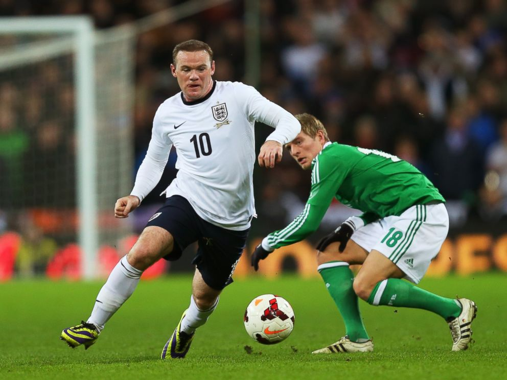 PHOTO: Wayne Rooney evades Toni Kroos of Germany