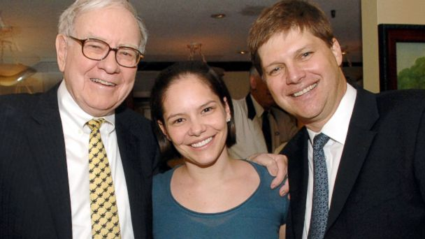 PHOTO: Guy Spier, manager of Aquamarine Fund in Zurich, Switzerland, right, and his wife joined Warren Buffett, left, for lunch in 2008.