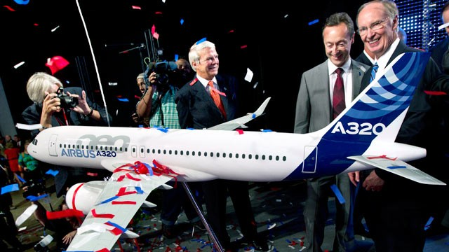 PHOTO: Alabama Gov. Robert Bentley, right, and Airbus President &amp; CEO Fabrice Bregier celebrate the announcement that Airbus will establish its first assembly plant in the United States in Mobile, Ala., July 2, 2012.