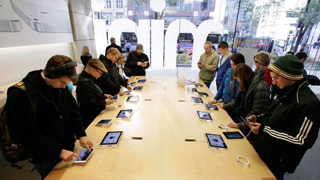 PHOTO: Shoppers check out the new Apple iPad mini at the Apple store on Michigan Ave. in Chicago on Nov. 2, 2012.