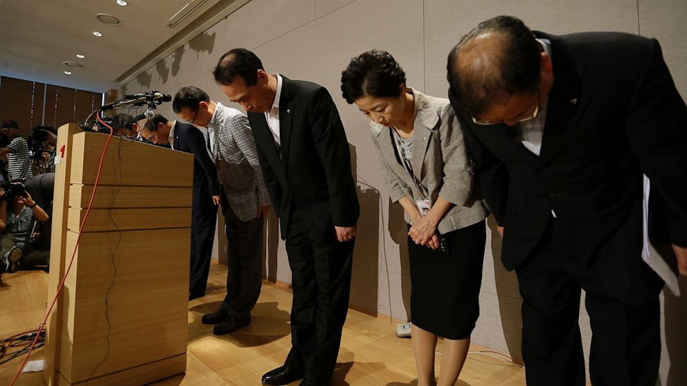 PHOTO: Asiana Airlines President and CEO Yoon Young-doo, fourth from right, and board members bow during a press conference after a crash landing of an Asiana Airlines fligh