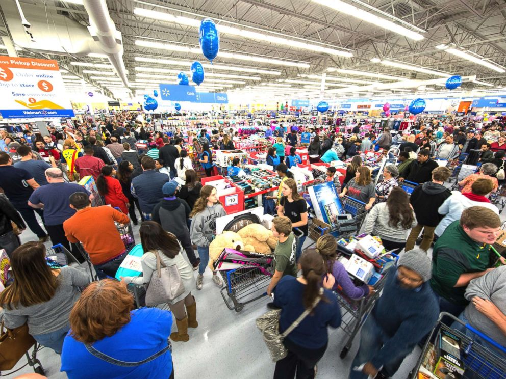 PHOTO: Holiday shoppers score great deals at Walmart on Nov. 23, 2017, in Bentonville, Ark.