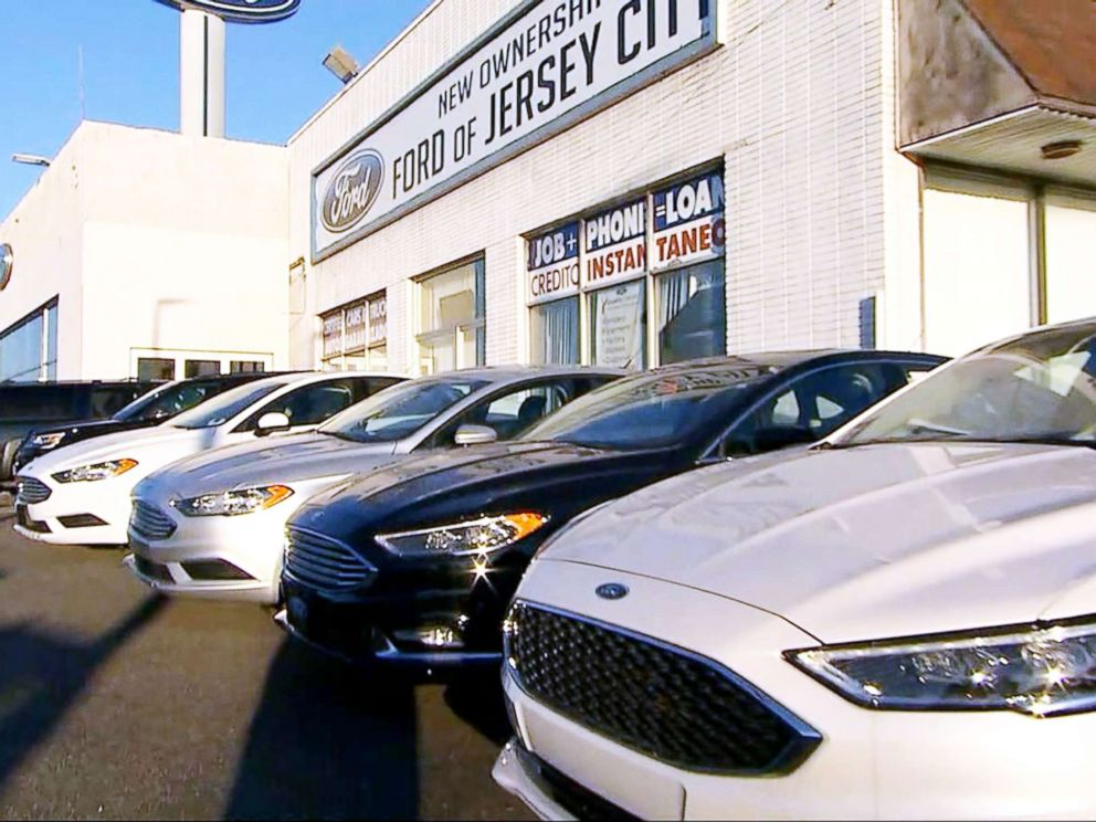 PHOTO: Matt DeLorenzo, managing editor of Kelley Blue Book, said buyers could see a bit deeper discounts this year because sales have slowed slightly -- down 2 percent over previous sales.