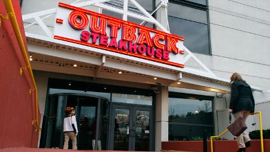 PHOTO: Patrons enter the Outback Steakhouse in in Chicago, Ill.