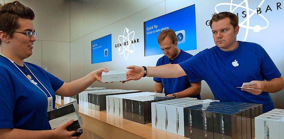 PHOTO: Apple store employees