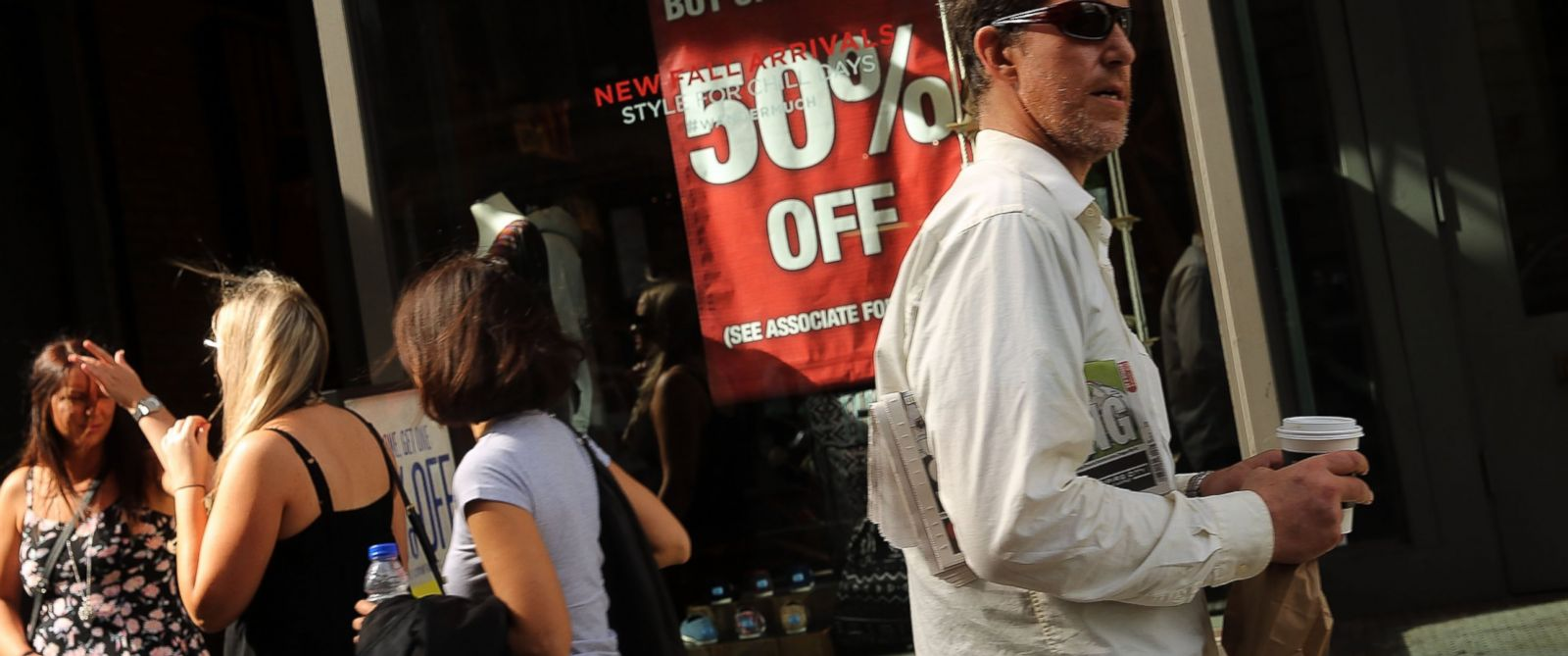 PHOTO: A sale sign is viewed in a Manhattan store on Oct. 15, 2014 in New York City.