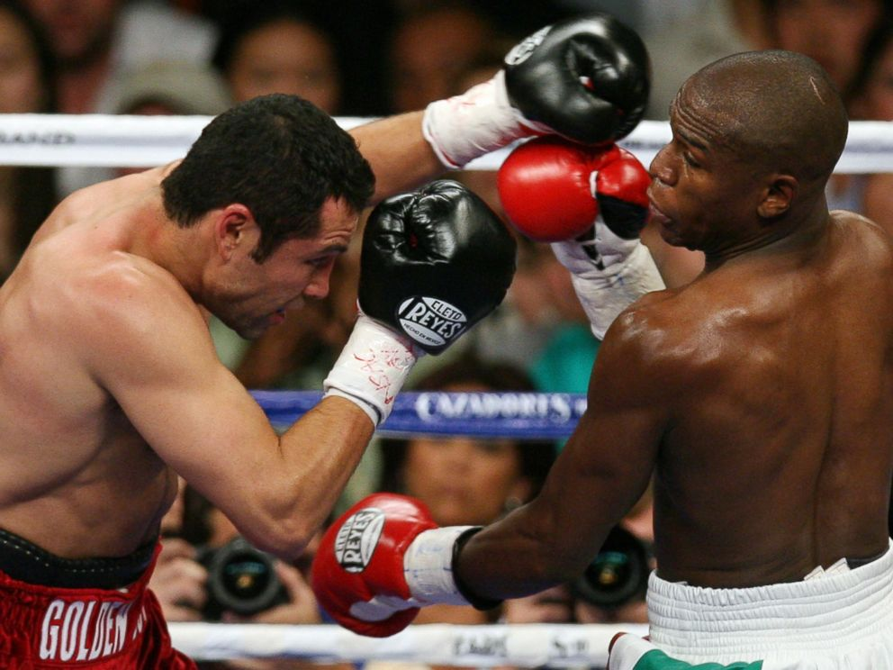 PHOTO: Oscar De La Hoya fights with Floyd Mayweather during their WBC Super Welterweight World Championship, in Las Vegas, Nevada, May 5, 2007.