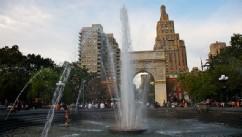 PHOTO: Fountain and Washington Square Arch, Washington Square Park, New York, NY.
