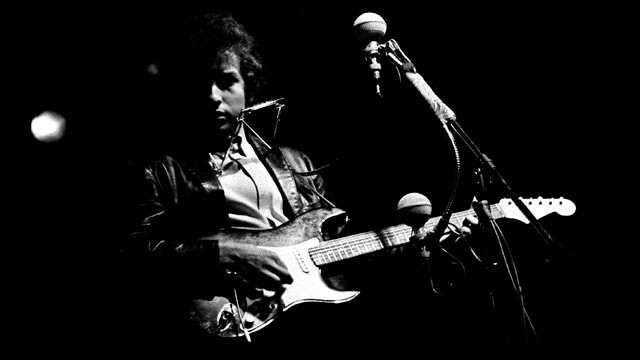 PHOTO: Musician Bob Dylan plugged in and