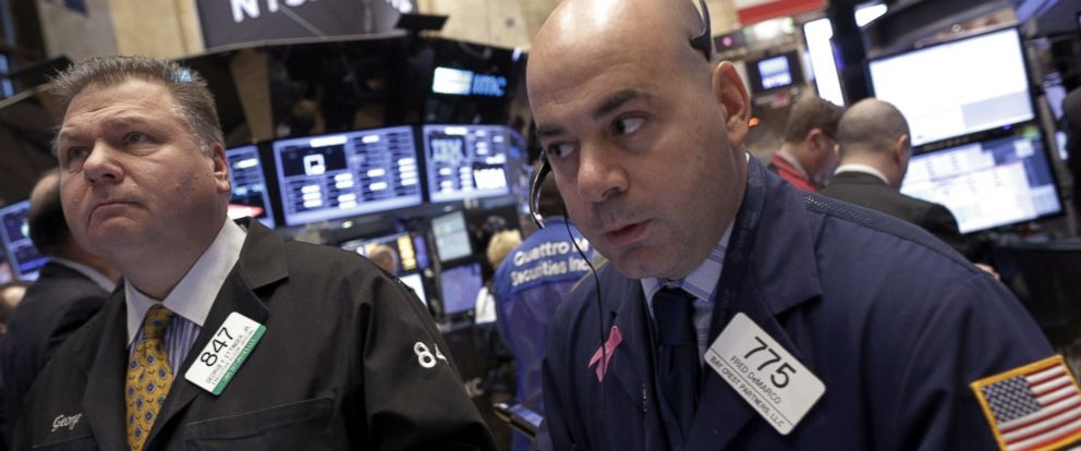 PHOTO: Traders work on the floor of the New York Stock Exchange, Jan. 20, 2016.