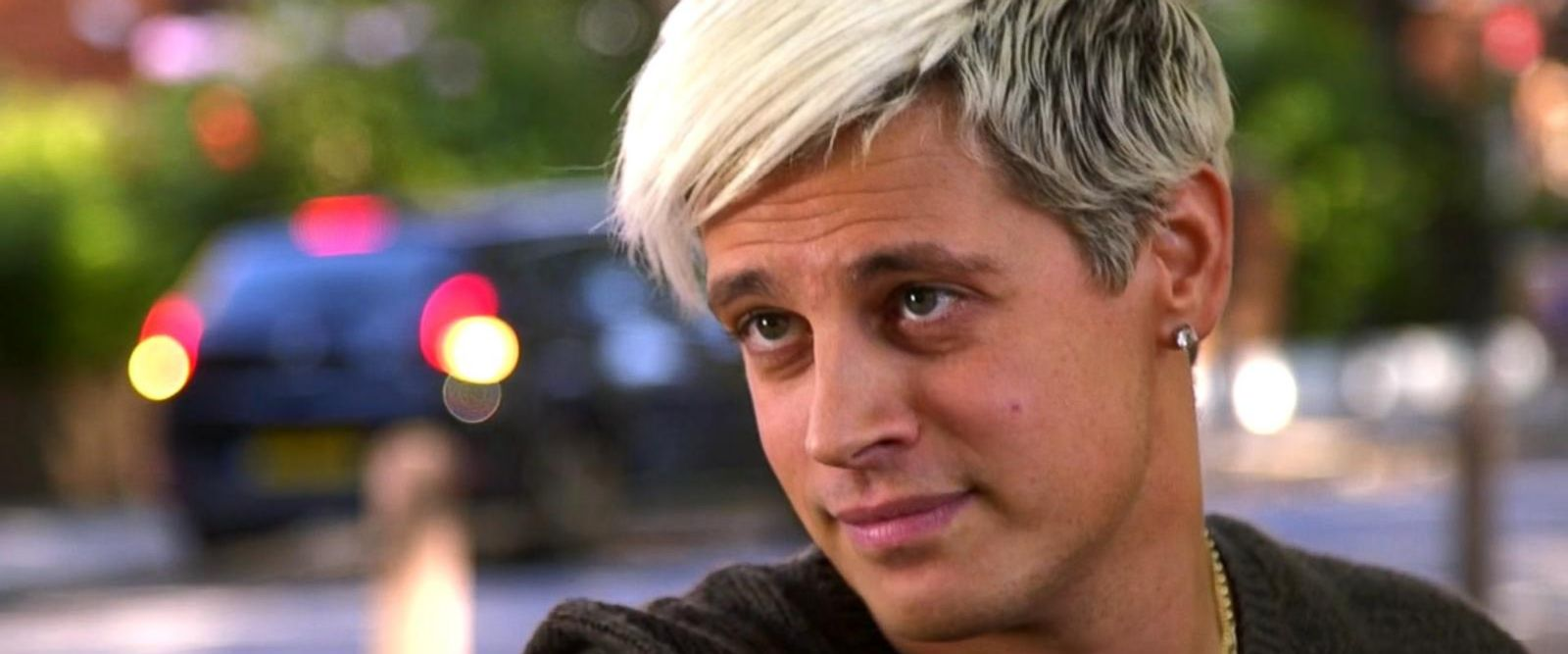Breitbart News editor Milo Yiannopoulos has resigned after coming under fire from other conservatives over comments on sexual relationships between boys and men.