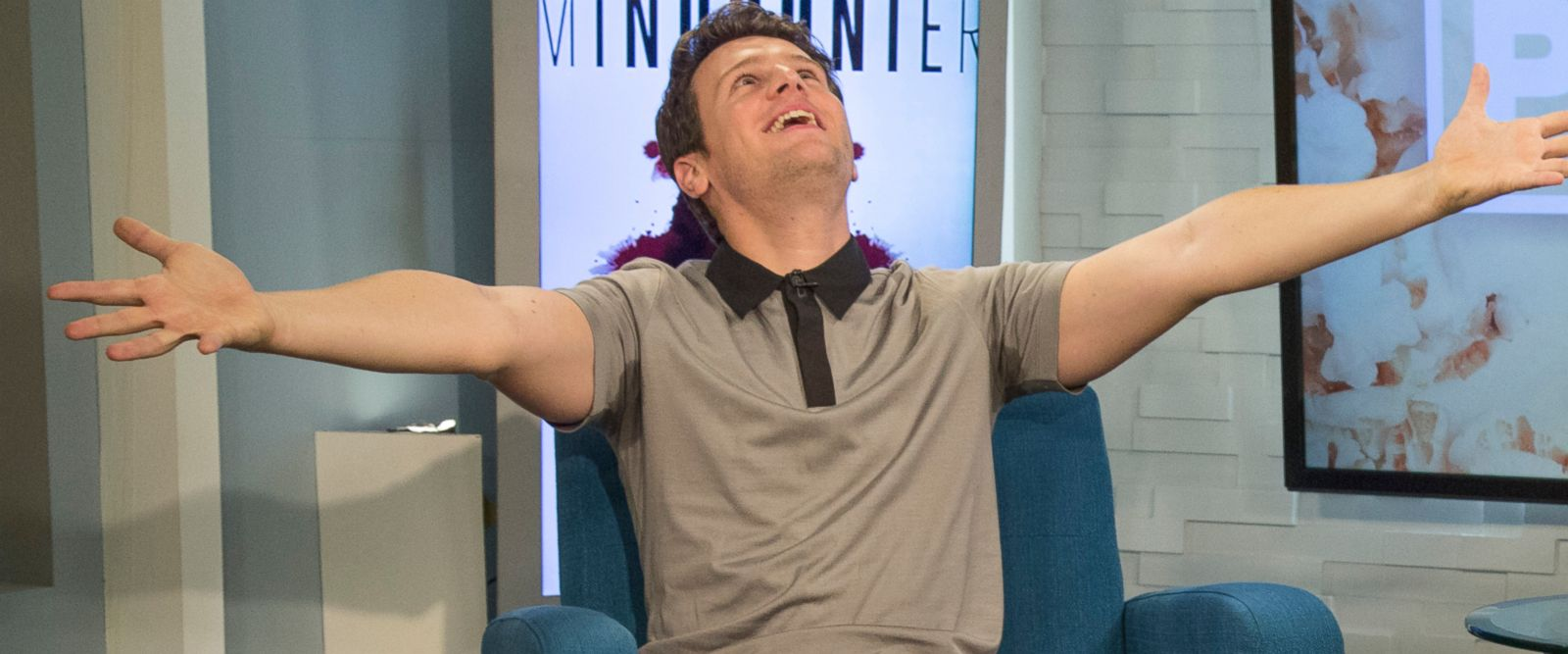 VIDEO: 'Mindhunter' star Jonathan Groff sings 'If You Could Read My Mind'