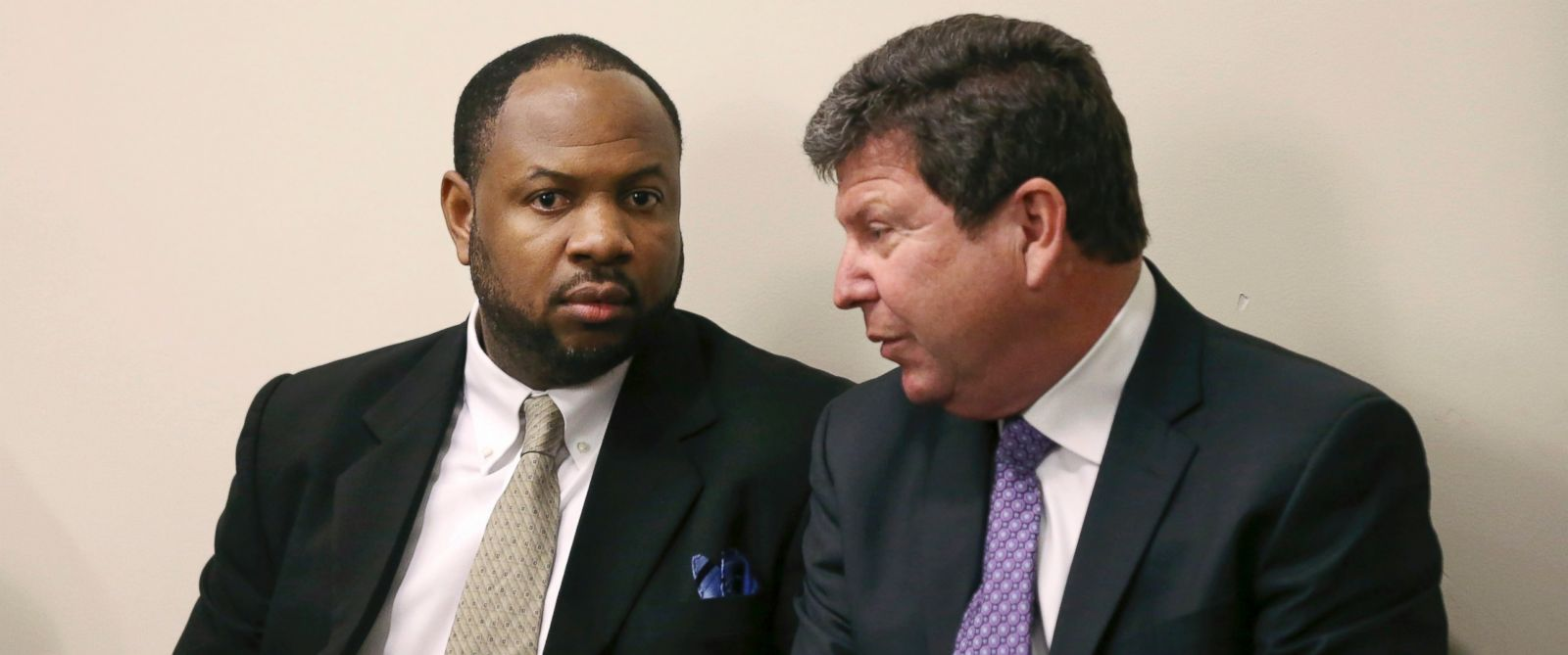 PHOTO: Kevin Roper, left, listens to his attorney David Glassman before his court appearance, Feb. 1, 2016, in New Brunswick, N.J.