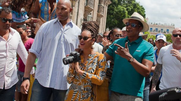 PHOTO: In this April 4, 2013 photo, Beyonce and her husband, Jay-Z, are surrounded by bodyguards as they tour Old Havana, Cuba.