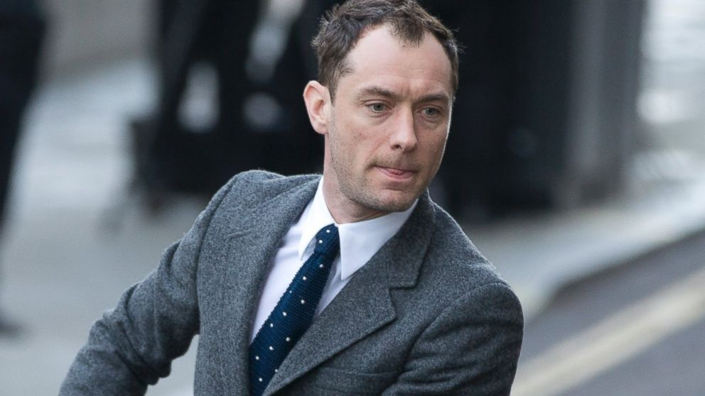 PHOTO: British actor Jude Law arrives at The Old Bailey law court in to give evidence at the phone hacking trial in London, Jan. 27, 2014.