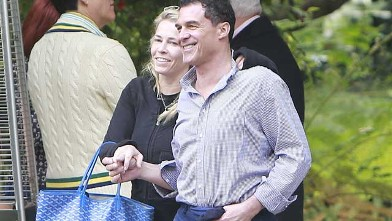 PHOTO: Comedian Chelsea Handler leaving Jessica Simpson's baby shower with on-again off-again boyfriend, hotelier Andre Balazs in Bel Air, California, April 14, 2013.