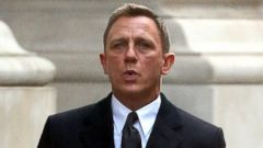 Daniel Craig Becomes James Bond