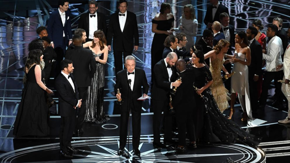 http://a.abcnews.com/images/Entertainment/GTY-Presentation-Error-Oscars-MEM-170227_16x9_992.jpg