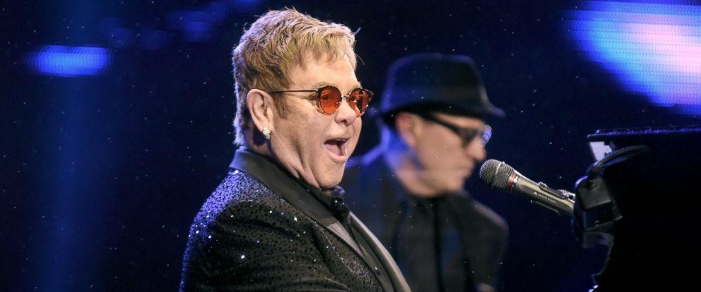 PHOTO: Elton John performs at the Sapucai Apotheosis in Rio de Janeiro, April 1, 2017.