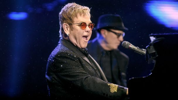 PHOTO: Elton John performs at the Sapucai Apotheosis in Rio de Janeiro, April 1, 2017.