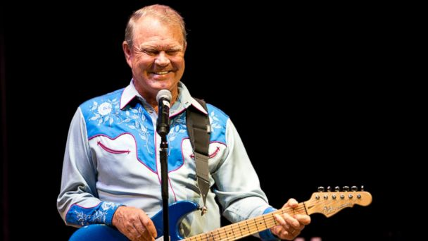 PHOTO: Glen Campbell performs in Cary, N.C. during his