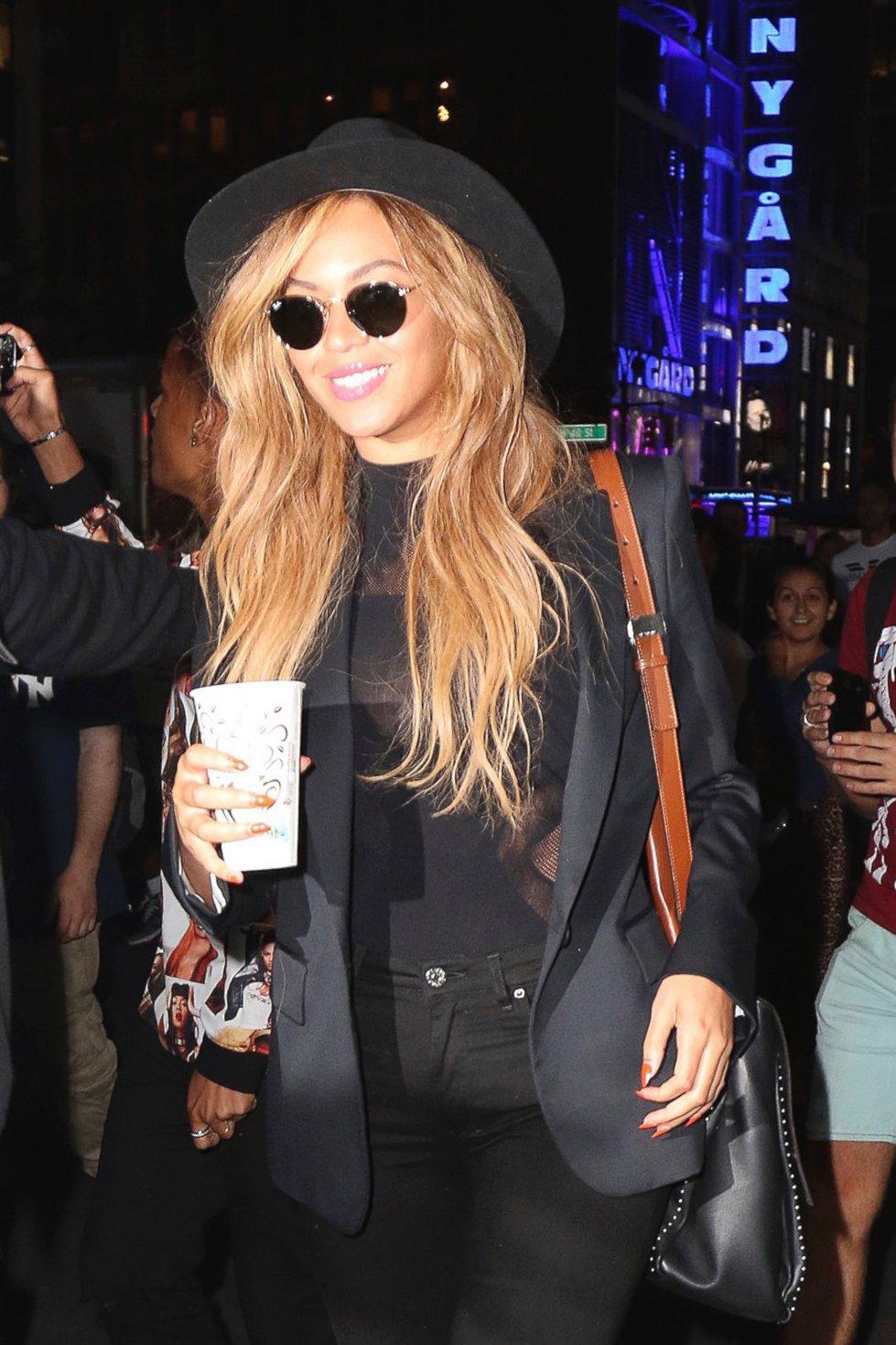 Beyonce Grabs a Drink in Manhattan