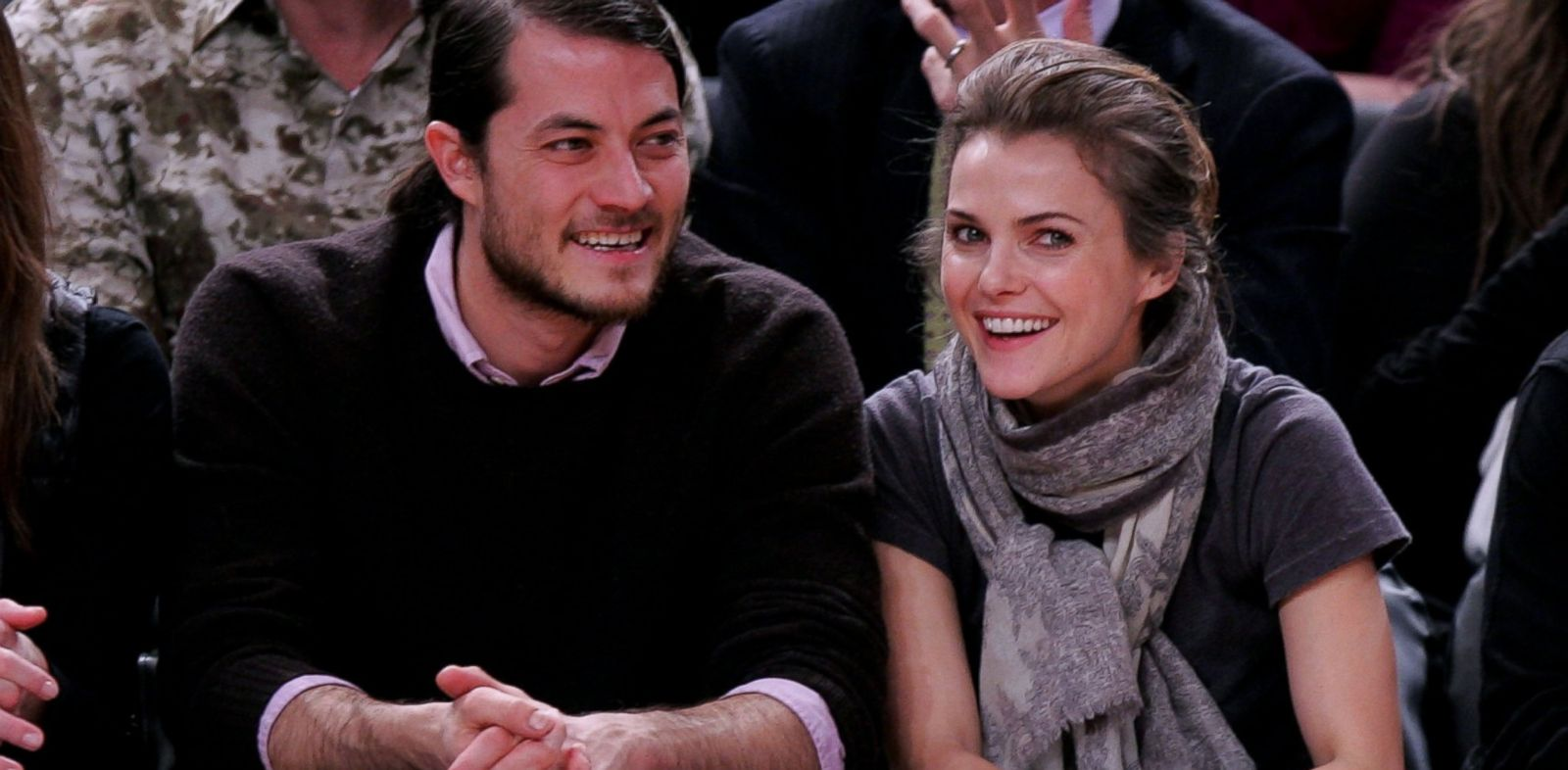 PHOTO: Keri Russell and Shane Dreary attend Dallas Mavericks vs New York Knicks game at Madison Square Garden, Dec. 10, 2007 in New York.