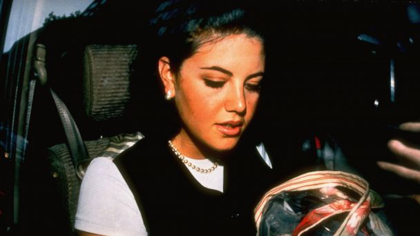 PHOTO: Pres. Bill Clintons alleged lover former White House intern Monica Lewinsky sitting in car holding tote bag.