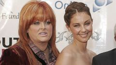 PHOTO: Wynonna Judd and Ashley Judd at the Youth AIDS Gala, September 14, 2005.